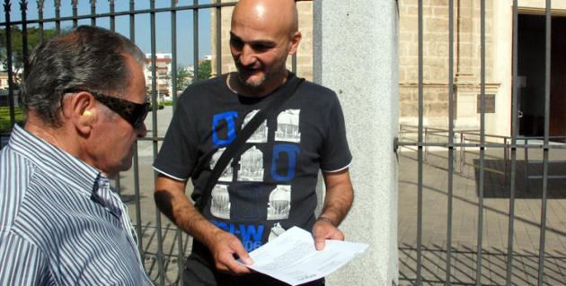 Explicando a un ciudadano la iniciativa presentada en el parlamento